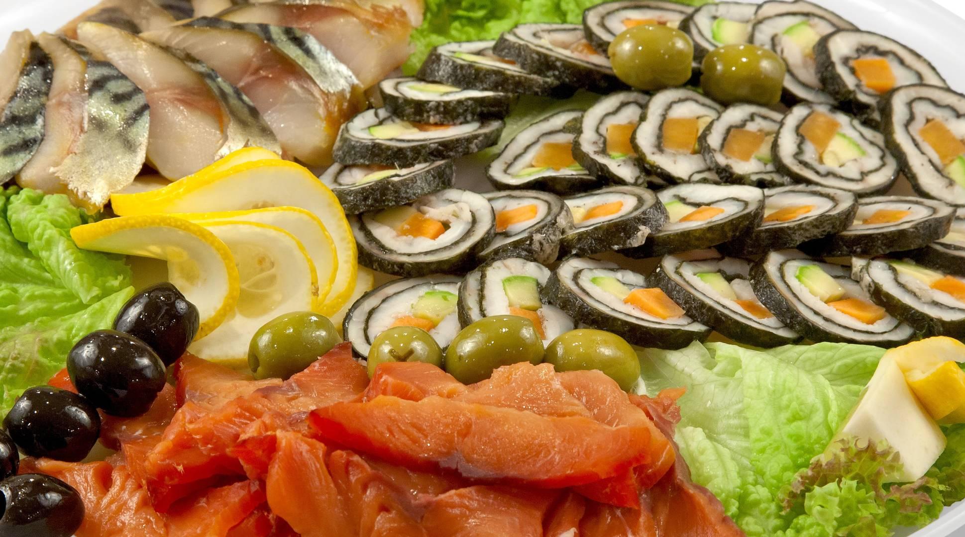 Фаршированная рыба — неизменный гость праздничных застольев, особенно свадеб и нового года.